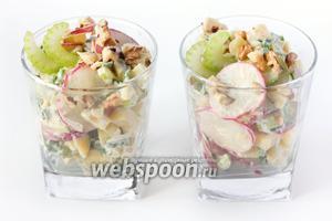 Выкладываем салат в бокалы или стаканы и подаём к столу!