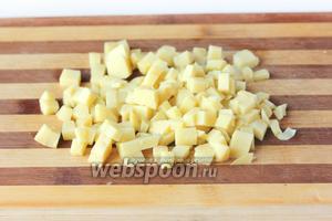 Заранее отваренный «в мундирах» и остывший картофель очищаем от кожуры и нарезаем мелкими аккуратными кубиками.