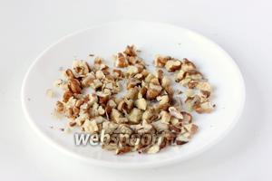 Ядра грецких орехов измельчаем в крупную крошку.