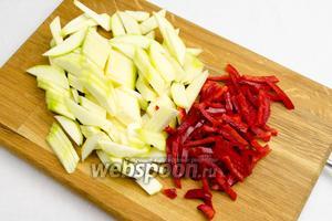 Тем временем помыть кабачок и очистить от семян и плёнок перец. Нарезать овощи соломкой.