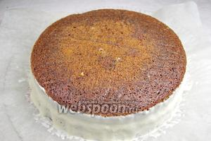 Бока торта равномерно с помощью силиконовой лопатки смазать кремом.