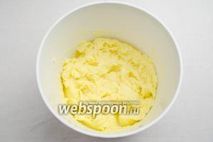 Мягкое сливочное масло взбить с сахаром и ванилином до белого цвета.