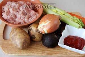 Для приготовления свекольника нужно взять свёклу, картофель, лук, стебли сельдерея, томатный соус, подсолнечное масло, куриный фарш, крахмал, яйцо.