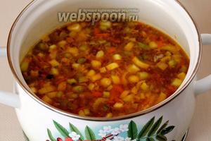 Заправляем суп припущенными овощами.