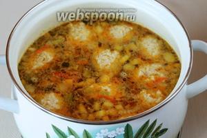 Ложкой поддеваем фарш и опускаем в кипящий суп. Сформировав кнели из всего фарша, осторожно перемешиваем и варим суп с кнелями 10-15 минут при медленном кипении. Кнели готовятся быстро, при этом они всплывают на поверхность.