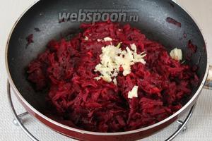 В приготовленную свекольно-томатную заправку добавляем раздавленный чеснок, перемешиваем.