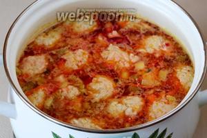 Заправку добавляем в суп, доводим до кипения, отключаем плиту и даём свекольнику настояться под крышкой 5-10 минут.