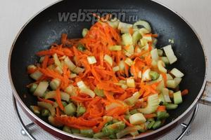Припускаем подготовленные овощи с добавлением пары ложек бульона из кастрюли.