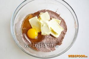 Добавьте яйцо и размягчённое сливочное масло.