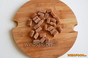 Порежьте конфеты на небольшие кусочки.
