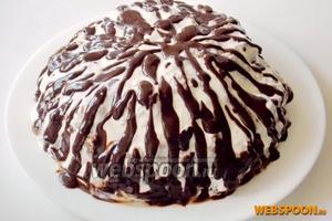 Шоколадную глазурь охлаждаем и поливаем торт.
