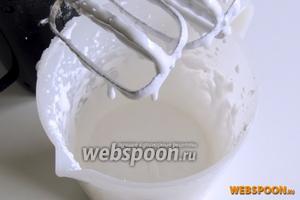 Взбиваем белок до стойкой пены и порциями добавим сахарную пудру, взбивая дальше, пока смесь не станет блестящей.