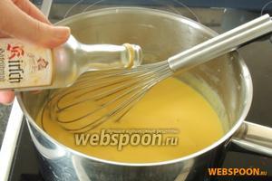 Смешаем молоко с 3 желтками и пудингом-порошком, закипятим и проварим 1-2 минуты, при этом постоянно мешая. Убирём с огня и добавим Кирш. Остудим.