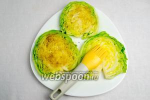 Смазать скибки капусты яичной смесью, присыпать сухарями, ещё раз повторить (кляр плюс сухари).
