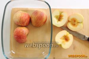 Яблоки разделим пополам и удалим серединки с косточками. Кладём вниз срезом и запекаем в духовке при 200°С около 40 минут. Будет быстрее, если яблочное пюре уже брать готовым.