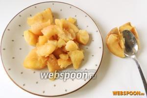 Немного остудим и вынимаем мякоть из яблок, шкурки нам не понадобятся. Нам нужно 125 грамм мякоти.
