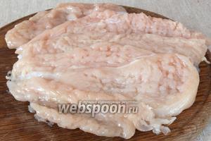 Филе промыть, высушить и разрезать на широкие кусочки. Отбить их через пищевую плёнку.