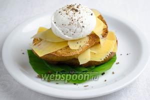 Подавать к тостам с ветчиной, сыром, колбасой, к салатам. Яйцо посыпать молотым душистым перцем.