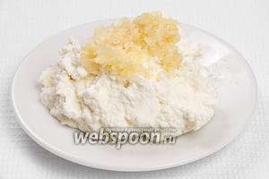 Добавляем чеснок в творог и тщательно перемешиваем. Также добавляем соль по вкусу.