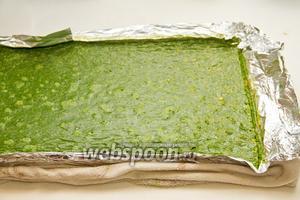 После того как шпинатный корж будет готов, его нужно вынуть и вместе с фольгой и положить на влажное полотенце.