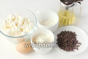 Для приготовления сырников с шоколадными дропсами нам понадобится творог, шоколадные дропсы (капли) или маленькие кусочки молочного или чёрного шоколада, куриное яйцо, сахар, пшеничная мука, подсолнечное рафинированное масло.
