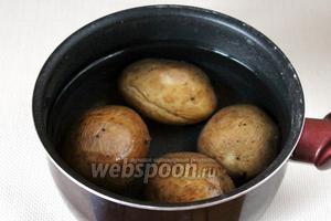 Отвариваем картофель в мундирах до готовности.