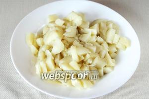 Картофель остужаем, чистим и нарезаем кубиками или ломтиками.