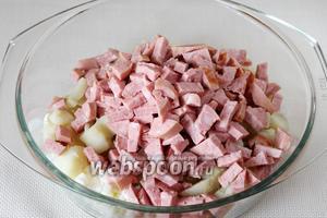 Смешиваем в кастрюле: картофель, натёртые белки и колбасу.