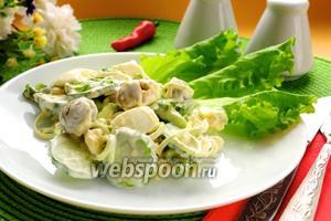 Салат с огурцом, яйцами и оливками