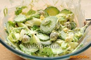 Такой салат лучше заправлять непосредственно перед подачей, так как спустя время огурцы дадут сок.
