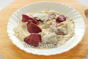 Обваляйте кусочки печени в смеси муки и приправ и сложите в сухую тарелку, из которой получится быстро запускать кусочки по одному в раскалённое масло.