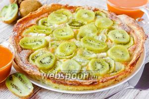 Открытый пирог со сметанной заливкой и киви