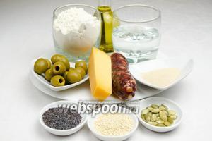 Чтобы приготовить пасхальный венок, нужно взять для теста: муку, дрожжи, воду, оливковое масло, соль; для начинки: любой твёрдый сыр и укроп, сырокопчёную или вяленую колбасу, маслины; для украшения: 4 сырых куриных яйца, семена кунжута, мака, тыквы, желток одного яйца для помазки.