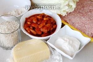Для приготовления куриных тефтелей в горшочках с овощным гарниром возьмём куриный фарш, круглозернистый рис, фасоль в томатном соусе, пекинскую капусту, яйцо, сметану, лук, подсолнечное масло, пармезан, перец чёрный молотый, муку.