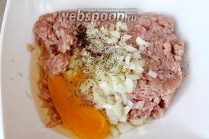 К куриному фаршу добавить половину нормы мелко нарезанного лука, яйцо, соль, чёрный молотый перец и подготовленный рис.