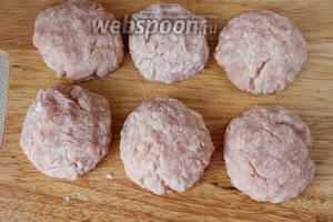 Сформовать из фарша тефтели из расчёта 3 штуки в один горшочек. 2 полных горшочка составляют 3 порции блюда.