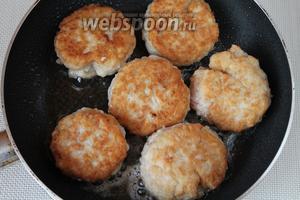 Тефтели обжарить на сковороде с разогретым маслом с двух сторон — плоские лучше укладывать в горшочек.