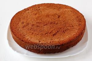 Охлаждённый бисквит вынуть из формы и выложить на блюдо дном вверх. Перед формировкой изделия лучше выдержать готовый бисквит 1 сутки.