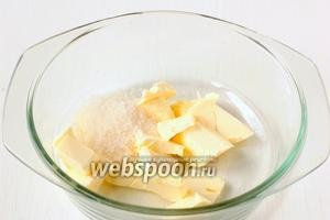 Масло комнатной температуры соединить с 50 г сахара и ванильным сахаром, хорошо растереть.