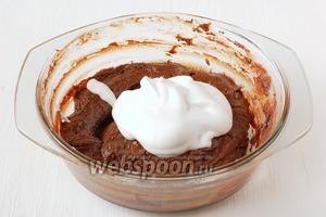 Белки взбить с остальным сахаром до устойчивых пиков и порциями вмешать в тесто.
