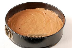 Выложить тесто в проложенную кулинарной бумагой форму диаметром 24 см.