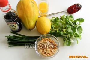 Подготовим ингредиенты: чистые фрукты-папайи, корн салат, арахис солёный, ананасовый сок и лимон, соевый соус, кетчуп и лук.