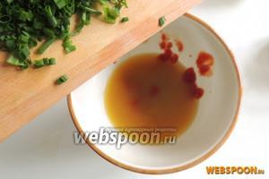 Нарежем мелко лук и добавим в соус, так же добывим кетчуп. Перемешаем.