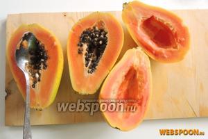Разрежем папайи на 2 половины. Аккуратно ложкой очистим от семян.