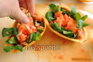 Сверху выкладываем кусочки папайи. Посыпаем арахисом поливаем приготовленным соусом.