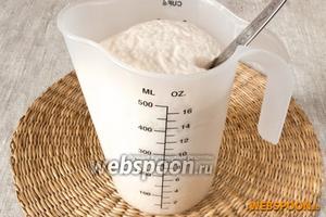 В тёплое молоко (36-37 градусов) раскрошить дрожжи, добавить щепотку сахара и оставить на 10-15 минут. Дрожжи должны «ожить» и вспениться.