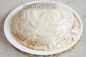 Прослоить торт, на каждый блинчик наносить 1-2 ст. л. крема. Оставить на несколько часов в холодильнике для пропитки.