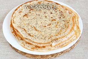 Приготовить тонкие блинчики на сковородке без добавления масла или жира.