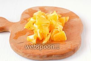 Апельсин очистить от плёнок, нарезать кусочками.