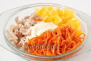 Соединить апельсин, морковь по-корейски, куриное филе, майонез.